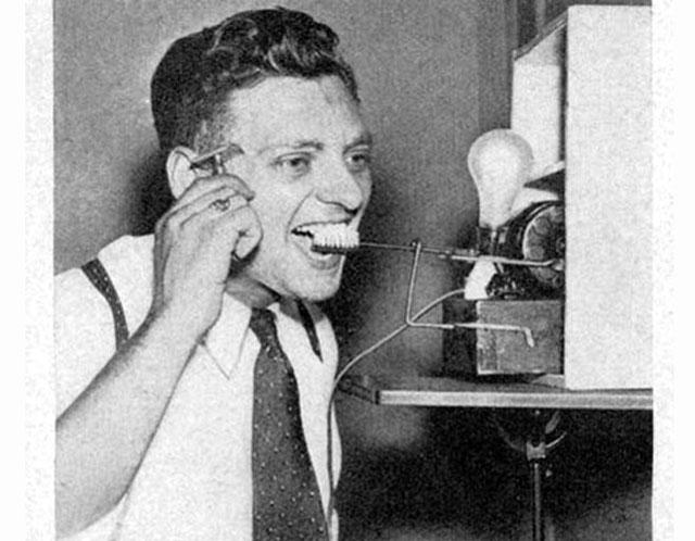 Перші спроби використання моторизованої зубної щітки. Поки зуби чистяться, можна поголитися