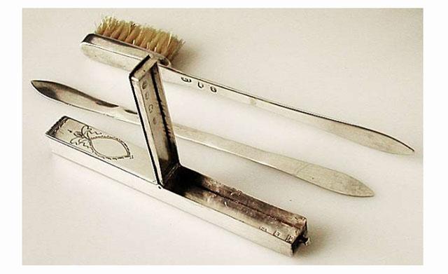 Зубна щітка, ложечка и футляр із зубним порошком