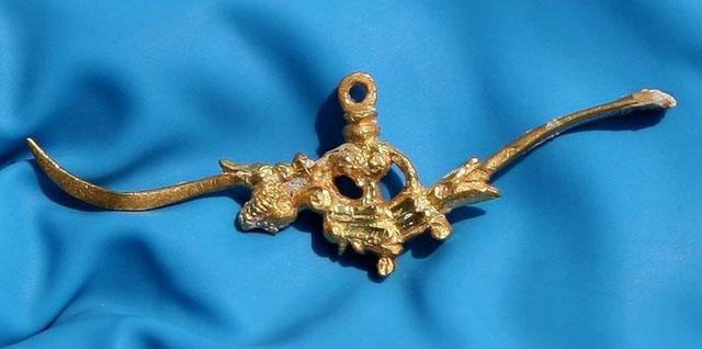 Кінець 16-го - початок 17-го ст., золота зубочистка и ложечка для чищення вух. Піднята з уламків іспанського галеону, що затонув біля берегів Флориди