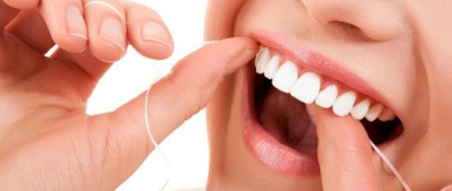 Чищення зубів зубною ниткою