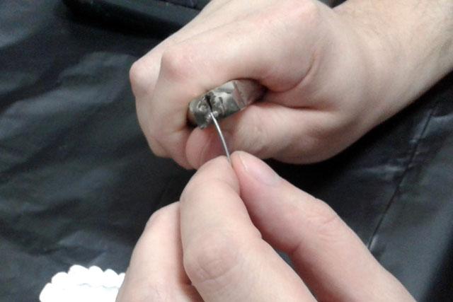 1 Кінчик заготовки фіксується в крампонних щипцях