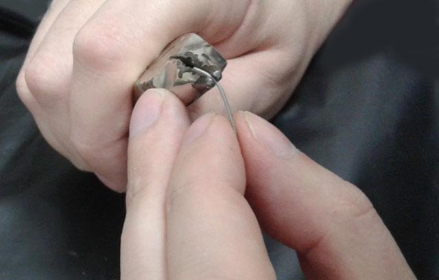 16 Вигинання плеча кламера пальцями (крампонами лише утримують кінчик кламера!)